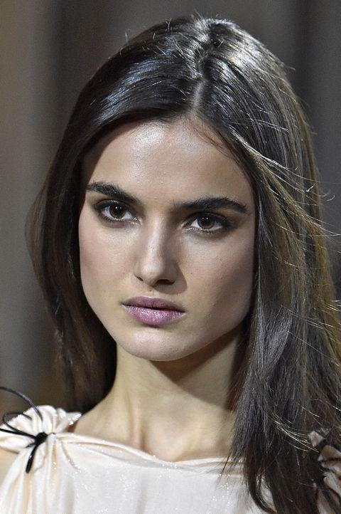 <p>Las modelos en <strong>Carolina Herrera</strong> lucen bocas mordidas de lo más favorecedoras, un look dulce que se acompaña de melenas sueltas y lisas y cejas despeinadas.</p>