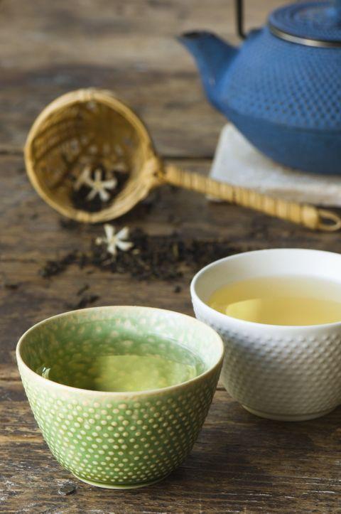 <p>El <strong>té verde</strong> es una variedad no oxidada delCamellia sinensis, lo que contribuye a que conserve el color original de la planta. Este tipo de té es también <strong>alto en catequinas</strong>, lo que lo convierte en un excelente antioxidante. Debido a ello, se considera que el té verde es efectivo para prevenir enfermedades como el cáncer, el colesterol alto o la diabetes. Además, según algunos estudios, el té verde podría ser efectivo contra ciertas enfermedades degenerativas y problemas neurológicos.</p>