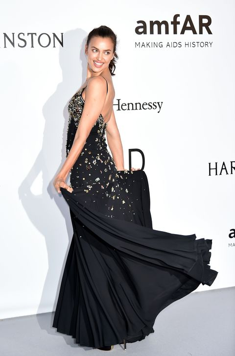 <p><strong>Irina Shayk</strong> no necesitó nada más que un maquillaje natural y una coleta para lucir su vestido negro con pedrería de colores de <strong>Miu Miu</strong>.</p>