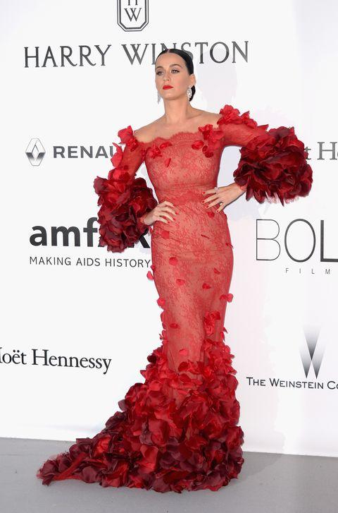 <p>Con un estilo flamenco llegó la gran <strong>Katy Perry</strong>, que escogió vestir de <strong>Marchesa</strong> para la ocasión.</p>