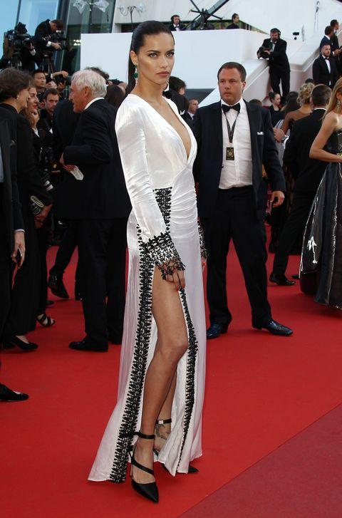 <p>En el festival de Canne de 2016<strong> Adriana Lima</strong> presumió de pierna y escote con este vestido 'black & white'. En los pies llevó unos salones negros atados al tobillo.</p>