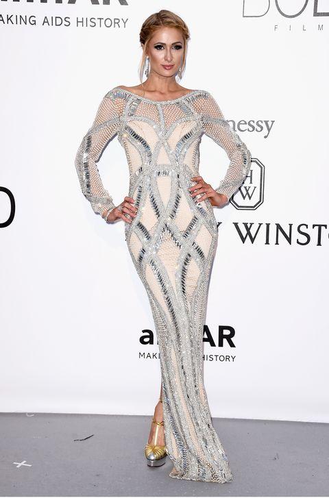 <p>Con un diseño metalizado de <strong>Yousef Al Jasmi</strong> a juego con los zapatos vimos a <strong>Paris Hilton.</strong></p>