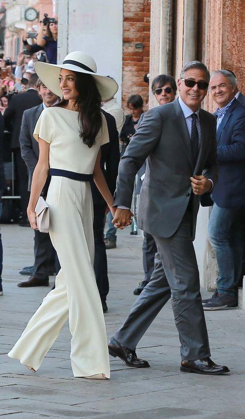 <p>En su reciente boda con el actor George Clooney, Amal Alamuddin volvió a hacer alarde de estilo y eligió casarse en pantalones. El blanco perlado no falla. Los detalles negros contrastaban un sofisticado y femenino estilismo con pantalón de pata de elefante, top y pamela.</p>