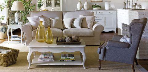 <p>Los tonos blancos, tierra y beige son los reyes de los ambientes <i>cottage,</i> aunque puedes incorporar algún elemento de color (como el sofá azul o los botellones ámbar) para generar un efecto contraste.</p>