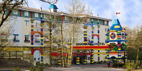 <p>Alojarse entre piezas de Lego es posible aquí: el <strong>Hotel Legoland</strong>, dentro del parque temático del mismo nombre, está decorado a base de piezas del famoso juego de contrucción. Podrás elegir la temática de tu habitación entre tres opciones: pirata, medieval y aventurera, todas ellas ambientadas con objetos hechos de piezas de Lego. A los niños (y no tan niños) les encantarán todos sus detalles.</p>