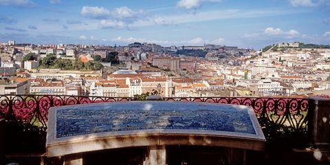 <p>No disfrutar de la bella ciudad de Lisboa desde alguno de sus miradores es casi un delito. Por suerte, dispone de muchos desde los que observar su majestuosidad. Uno de los más conocidos es el Miradouro de Sao Pedro de Alcantara, en el Barrio Alto. El Castillo de San Jorge, la catedral y el barrio de Alfama se despliegan ante el visitante desde aquí en una vista en la que detenerse durante horas. Además, sus fuentes, jardines y kioskos lo convierten en el lugar perfecto para pasear sin mirar el reloj.</p>