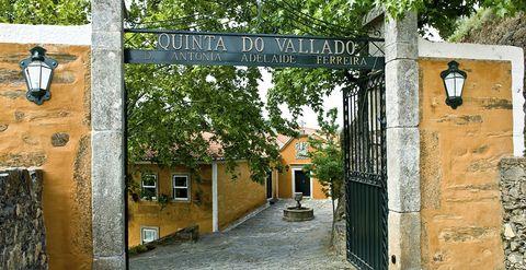 <p>Sin movernos de Portugal, llegamos a la <strong>Quinta do Vallado</strong>, en la localidad de Peso da Regua (a unos 100 km de Oporto). Este hotel vinícola consta de un edificio moderno y uno que data del siglo XVIII, así que podrás elegir entre alojarte en habitaciones de estilo tradicional o en estancias vanguardistas. Aquí podrás visitar sus bodegas, asistir a catas, relajarte en su spa... y todo en un paisaje de ensueño.</p>