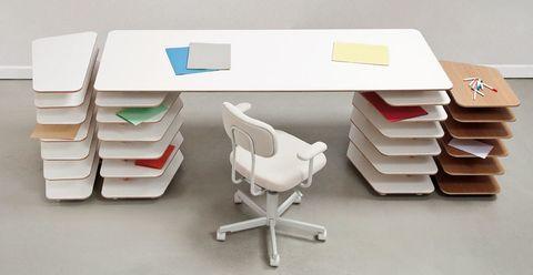 <p>La estructura compartimentada define la col. de mesas y cajoneras Strates, de Objekten, desde 1.199 € .</p>