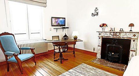 <p>La vivienda dispone de numerosos muebles antiguos restaurados y tapizados en colores vivos.</p>
