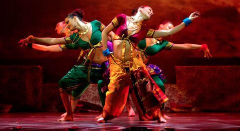 """<p>La Sunny Singh de Bollywood Dance Company llenará de color Madrid durante las próximas dos semanas con el espectáculo<strong> """"Bollywood, Colours of India""""</strong> en el madrileño Teatro Quevedo. Con una gira mundial recorriendo las principales capitales del mundo, este show musical cuenta con la participación de siete bailarines, más de 200 piezas de vestuario y está diseñado para transportar al espectador con los bailes, la magia, el aroma y la vitalidad al centro de la cultura India. La compañía quiere que el espectador forme parte del espectáculo en un espacio íntimo, cercano y acogedor donde casi puedan tocar a los artistas. Coreografías repletas de acrobacias y energía, muchos colores y mucho exotismo para acercamos el lado más bello de la India.</p>"""