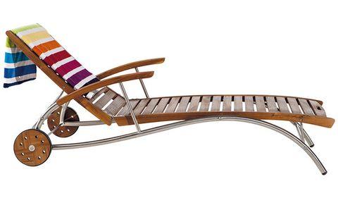<p>Échate la siesta en este confortable carro-cama en madera de acacia con varias posiciones (125 €)</p>