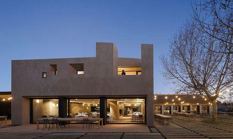 <p>Tres edificios forman este prodigio arquitectónico finalista a los Restaurant and Bar Design Awards 2012. Enclavado en el monte protegido de El Pardo, la calidez del entorno y su magnífica terraza te convertirán en asidua. El pescado, siempre está fresquísimo y es extraordinario. <strong>Ctra. Fuencarral-El Pardo, km 1,9, tel. 917 34 38 26. Precio medio: 40 €.</strong></p><p><strong>EL PLAN:</strong> Pon a prueba tu puntería y practica el tiro al plato (Club de Tiro Cantoblanco, tel. 914 46 37 55).</p>