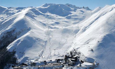 """<p><strong><a href=""""http://www.peyragudes.com"""" target=""""_blank"""">Peyragudes</a> (Francia).</strong> Será un momento inolvidable. Cuando todos los aficionados disfrutan de su après-ski tú puedes darte una vuelta durante una hora por las pistas del valle de Louron montado en este vehículo. El resto de la jornada, te acompañará el sol mientras practicas deporte, gracias a la orientación este-oeste. Además, te recrearás con una panorámica soberbia de montañas que se alzan hasta los 3.000 m.&nbsp;</p>"""
