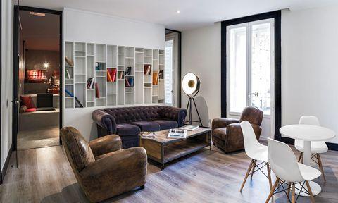 """<p>U Hostels es una nueva cadena hotelera que ha nacido del <i>know how</i> de un grupo de madrileños, que antes de embarcarse en esta aventura empresarial han viajado por todo el mundo. La filosofía es sencilla, crear dormitorios baratos, impecables y de gran calidad, además de contribuir en varios proyectos solidarios en distintos países.&nbsp&#x3B;Con estas premisas vió la luz este alojamiento en el centro de Madrid. &nbsp&#x3B; Hay cuartos para todos los gustos, todos incluyen wifi y un tour por la capital gratis, y han creado el concepto U4 Dorm Girls (desde 84 euros con desayuno), una habitación solo para chicas, con grandes espejos, tocadores y diseño muy femenino. Los espacios comunes albergan cine, lavandería, cocina, chill out, terraza y taquillas. &nbsp&#x3B; <br /><a href=""""http://www.uhostels.com"""" target=""""_blank""""><strong>UHostels Madrid.</strong></a> Sagasta, 22. Madrid. Tél. 91 445 03 00.</p>"""
