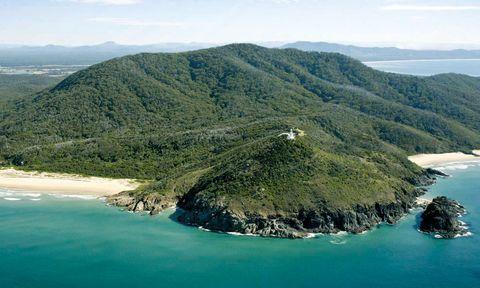 """<p>¿Te casas y quieres celebrar un enlace diferente? Pues toma nota de esta propuesta para festejarlo en el faro de <a href=""""http://www.smokycapelighthouse.com"""" target=""""_blank"""">Smoky Cape,</a> situado en el Parque Nacional Hat Head. </p><p>Este idílico escenario australiano se encuentra al norte de Nueva Gales del Sur, a 5 h de Sidney, y es un espacio único con zonas habilitadas para la pesca, el senderismo y el avistamiento de aves. Y las bodas.</p><p>En este entorno tienes dos cabañas con tres habitaciones cada una y todo tipo de comodidades (desde 450 euros el fin de semana para 6 personas) en las que podrás alojar a tus invitados. Eso sí: olvídate de celebrar una boda a la antigua usanza. </p><p>Para empezar, el enlace será muy íntimo, ya que al faro sólo pueden subir 10 personas y el Parque obliga a que a la ceremonia asista uno de sus representantes. Los invitados no pueden circular con sus coches y sólo os lanzarán pétalos de flores –el arroz y el confeti están declarados antiecológicos y prohibidos– tras la ceremonia, por la que tendréis que pagar415 euros. </p><p></p>"""