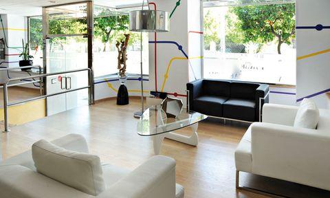 """<p>No puedes dejar pasar la oportunidad de dormir una noche en el centro de Huelva, por tan solo 45 euros. Puedes elegir entre sus 54 habitaciones y no olvides llevarte el ordenador, porque el wifi es gratuito. El lobby es tan agradable como su bar, perfecto para tomar una copita. Te gustará el trato extremadamente atento de todo el equipo del hotel.&nbsp&#x3B; <br /><a href=""""http://www.hotelfamiliaconde.com"""" target=""""_blank""""><strong>Familia Conde.</strong></a> Avda. Alameda Sundheim, 14. Huelva. Tél. 959 28 24 00.</p>"""
