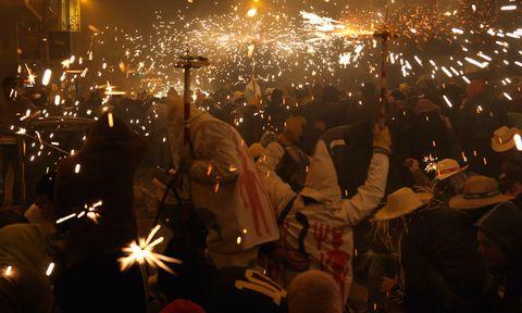 """<p> Feria y Fiestas de la Magdalena (<a href=""""http://www.turismodecastellon.com"""" target=""""_blank"""">Castellón de la Plana</a>).&nbsp;<br /> Del 2 al 10 de marzo, Castellón vive unas fiestas declaradas de Interés Turístico Internacional. El día 6, las miradas se dirigen al cielo para admirar los castillos de fuegos artificiales de la Noche del fuego.&nbsp;Os recomendamos acudir al desfile de gaiatas, cada carroza representa un barrio, y terminar las fiestas en la plaza Mayor al grito de ¡vítol!&nbsp;&nbsp;</p><p> <strong>4. Trae huevos de Pascua</strong><br /> Innsbruck (<a href=""""http://www.austria.info"""" target=""""_blank"""">Austria</a>).&nbsp; <br />El Easter Market de esta ciudad austríaca tiene sus puestecitos a punto desde el 22 de marzo hasta el 1 de abril.&nbsp;Una de las tradiciones más arraigadas en esta época es decorar las cáscaras de huevos, y utilizarlos para ornamentar árboles. En esta feria puedes adquirirlos y también comprar el pan dulce, típico en la celebración pascual.&nbsp;</p>"""