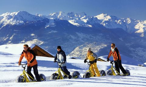 """<p><strong><a href=""""http://www.crans-montana.ch"""" target=""""_blank"""">Crans-Montana</a>&nbsp;(Suiza).&nbsp;</strong>Así se conoce a este dominio formado por cuatro estaciones –Crans, Montana, Barzettes y Aminona–, comunicadas por remontes y autobús gratuito. Puedes practicar snowbiking, una actividad con historia, pues así se desplazaban los carteros suizos desde finales de 1850. En el poblado de Crans hay también un glaciar, y si viajáis con niños podéis visitar la Fundación Suiza de <a href=""""http://www.trains-miniatures.ch"""" target=""""_blank"""">Trenes en Miniatura,</a> les va a encantar.&nbsp;&nbsp; &nbsp;&nbsp;</p>"""