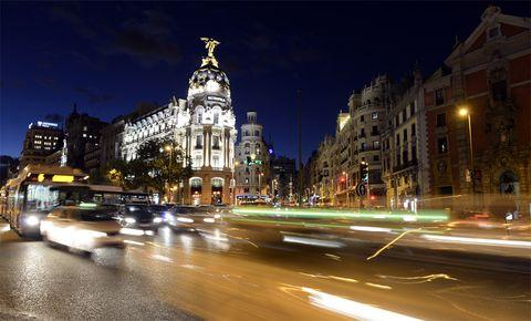 <p>Hay multitud de canciones que hablan de nuestra capital, sin embargo, el elegido tenía que ser este autor que en tantas ocasiones le ha profesado su amor: <strong>Joaquín Sabina</strong>.</p><p><i>Pongamos que hablo de Madrid</i>&nbsp;o <i>Yo me bajo en Atocha</i>&nbsp;son perfectos ejemplos de esa inspiración que muchas ciudades producen en los artistas y con la que crean versos empapados de sentimiento. &quot;Su hoguera de nieve, su verbena y su duelo, su dieciocho de julio, mi catorce de abril. A mitad de camino entre el infierno y el cielo yo me bajo en Atocha, yo me quedo en Madrid&quot;, sentencia el cantautor con su letra.</p>