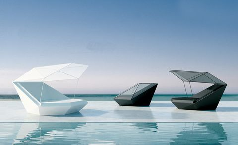 <p><i>Daybed</i> de la colección <i>Faz,</i> de 2.000 a 4.500 €, un diseño, con un original sistema de capota, de Ramón Esteve para Vondom.</p>