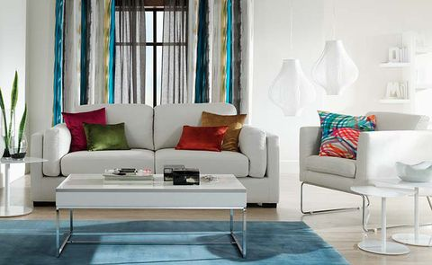 <p>Ahora, se han escogido tonos intensos para el mismo espacio: cojines en verdes, rojos y ocres; alfombra y cortina con predominio del azul. El resultado, un ambiente informal y cool.</p>