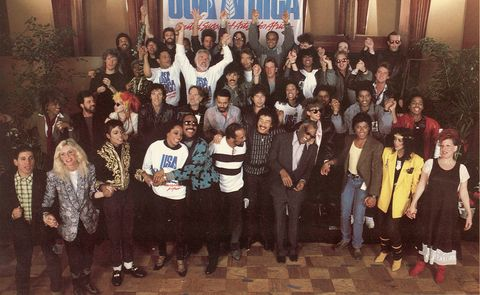 """<p>El 28 de enero de 1985, un grupo de 45 artistas se fueron desde los American Music Awards directos al estudio a hacer historia. Michael Jackson y Lionel Richie acabaron esa misma noche de componer lo que sería el primer gran himno solidario de la música moderna, """"We are the world"""". Al 'showman' Harry Belafonte se le ocurrió la idea de juntar a los músicos más conocidos para recaudar dinero para la hambruna de África mediante una canción y el plantel fue inigualable: Bob Dylan, Ray Charles, Paul Simon, Dionne Warwick, Kenny Rogers, Bruce Springsteen, Cindy Lauper... El 7 de marzo llegó a las tiendas de todo el mundo y vendió 800.000 unidades la primera semana. En total, recaudó 63 millones de dólares: misión cumplida.</p>"""