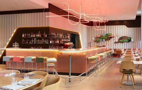 <p>En el bar-restaurante <i>Neni,</i> los huéspedes se sientan en las sillas <i>Jill,</i> de Häberli para Vitra, y en los coloridos taburetes <i>Ginger Stool,</i> editados por BD Barcelona.</p>