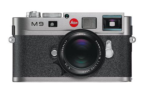 """<p>Diseño retro pero con las prestaciones más modernas. Así es Leica M9, una cámara digital sin recorte que utiliza el sistema clásico de enfoque, con el que los maestros de la fotografía tomaron las instantáneas más importantes de la historia. Sus funcionalidades son buenas y es imbatible en la calidad de sus ópticas. Como si fuera un accesorio, ya la cuelgan de su hombro infinidad de celebrities (desde 4.659 €, <a href=""""http://www.leicacamara.com"""" target=""""_blank"""">www.leicacamara.com</a>).</p>"""