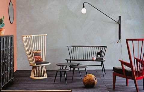 <p>De izda. a dcha.: <strong>butaca</strong> Fan, una reinterpretación de Tom Dixon de la clásica silla Windsor, en madera moldeada y con asiento de cuero negro, 1.500 €; <strong>lámpara de pared</strong> orientable, mod. Potence, creada por Jean Prouvé en 1950 y editada por Vitra, mide 109x203 cm, lacada en negro y con cordón para regular la luz, 1.117 €; <strong>banco</strong> Loveseat, desde 765 €, y <strong>conjunto de mesitas</strong> Nest of tables, desde 633 €, ambos de Ercol;<strong> bola</strong> de raíz de teca, desde 278 €, en Batavia, y <strong>butaca</strong> Lanstol, 1.600 €, de Norrgavel.</p>