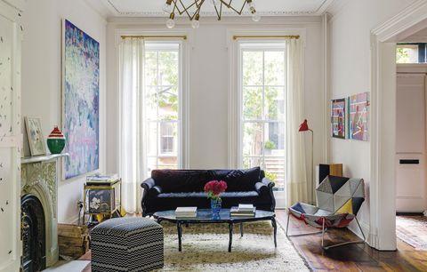 <p>Piezas de diseño y obras de arte dan carácter a esta casa decimonónica. El sofá fue comprado en <i>eBay</i> y retapizado en ante, y la butaca es un diseño de<strong>&nbsp;Patricia Urquiola para Moroso</strong>. El carrito de té &nbsp;vintage ahora es usado para guardar los discos y como mesa de mezclas de música.</p>