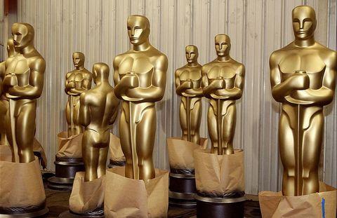 <p><strong>Primera:</strong> se llama 'Oscar' porque a la bibliotecaria de la Academia le recordaba... ¡a su tío Óscar! <strong>Segunda:</strong> la base es un rollo de película con cinco radios, que simbolizan las cinco ramas originales de la Academia: actores, guionistas, directores, productores y técnicos. <strong>Tercera:</strong> siempre bañados en oro, excepto entre 1942 y 1944, que se fabricaron en yeso debido a los tiempos de guerra.</p>