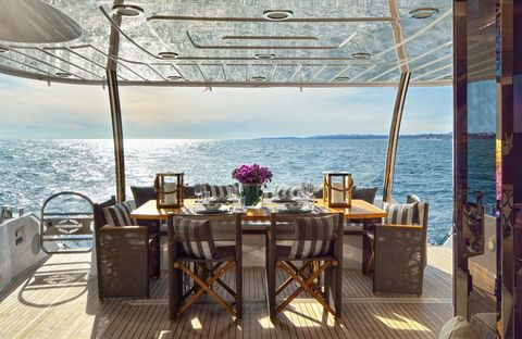 <p>Un espacio perfecto para comer o cenar con inmejorables vistas. La mesa es de teka, las sillas de la firma Roda y los almohadones están fabricados especialmente para el proyecto.</p>