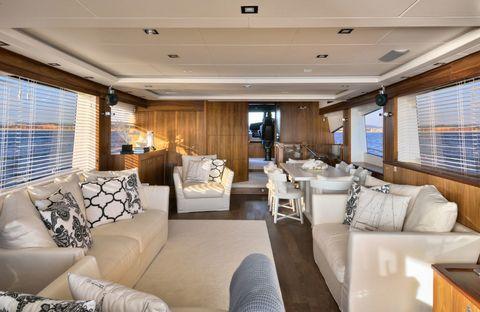 <p>Muchos de los muebles fueron diseñados especialmente para este barco. Los sofás son de la firma italiana Meridiani y las sillas de Flexform.</p>