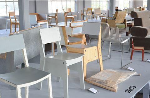 <p> Tras su triunfo en la Milan Design Week, Zitten (Sentarse) llega a la BDW. Se trata de una exposición retrospectiva de Piet Hein Eek a través de las sillas creadas entre 1980 y 2012. Unos diseños que han creado escuela por su estética artesanal obtenida a partir de materiales naturales y reciclados. <br /><strong>13-21 junio. Roomservice Design Gallery. c/ dels Àngels, 16.</strong></p>