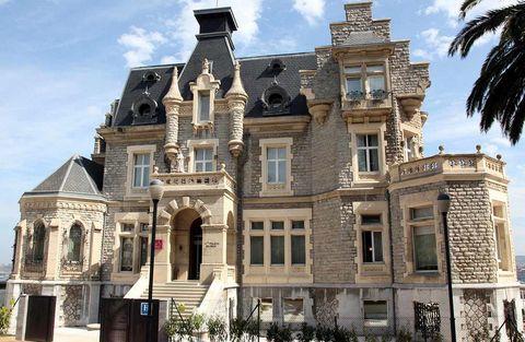 """<p>Este hotel se construyño entre 1902 y 1906 y alojarse en él es como adentrarse en un viaje en el tiempo. Pero solo para las fotos exteriores, porque por dentro, el <a href=""""http://www.urhpalaciodeoriol.com/"""" target=""""_blank"""">URH Palacio de Oriol</a> es un establecimiento moderno y confortable, perfecto para descubrir Santurce (Vizcaya), el lugar donde está ubicado, pero también Bilbao y el resto de Euskadi. Admite mascotas de hasta 15 kilos de peso, con un suplemento de 20 euros por día en la habitación estándar.</p>"""