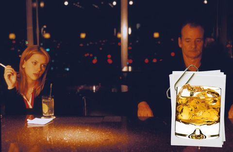 """<p>Aquí vemos el primer encuentro de esta pareja ya icónica. Coincidieron en el Hotel Hyatt de Tokio. Ella estaba tomando un Vodka Tonic y él se acercó y pidió whisky pese a estar harto de rodar todo el día un anuncio de esta bebida. Ahí empezó una de las mejores historias de no amor que hemos visto en el cine. Te proponemos revivir la escena tal cual la ideó Coppola, en Park Hyatt, hab. doble:&nbsp&#x3B; 311 €, <a href=""""http://tokyo.park.hyatt.com"""" target=""""_blank"""">tokyo.park.hyatt.com</a>.</p><p><strong>RECETA:</strong> Prueba el exquisito vodka U'Luvka para preparar tu Vodka &amp&#x3B; Tonic. O mejor aún, transfórmalo en un Lemon Grass Vodka &amp&#x3B; Tonic añadiendo un poco de limón o en un Pleasure Vodka &amp&#x3B; Tonic con aroma de vainilla. El whisky, ninguno mejor que un scotch Glenfiddich. </p>"""