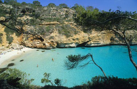 <p>No puedes perderte este espectacular rincón marinero si visitas la isla de Mallorca. Cerca de la localidad de Santanyí, a esta cala de aguas turquesas se accede a través de una escalera que revela un espectacular paisaje: una playa cristalina con pequeñas casitas de pescadores en la orilla.</p>