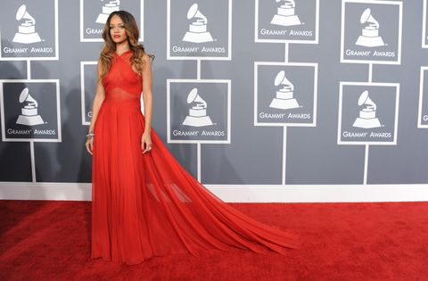 <p>La cantante <strong>Rihanna </strong>lució espectacular con este modelo rojo con larga cola con cuerpo semitransparente cruzado y escote halter de<strong> Azzedine Alaia. </strong>También nos gustó su peinado con raya en medio y ondas abiertas.</p>