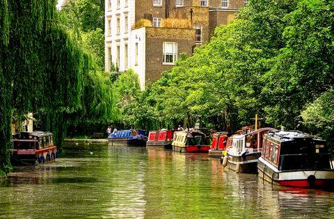 """<p>""""Cuenta la historia de Londres... transcurre a lo largo de edificios industriales que se alternan con construcciones modernas y espacios verdes. Conecta muchos de mis lugares favoritos"""".</p><p><a href=""""https://canalrivertrust.org.uk/canals-and-rivers/regents-canal"""" target=""""_blank"""">Regent's Canal </a></p>"""