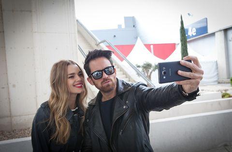 <p>Mirian y Alberto, dispuestos a arrasar en la cuarta jornada de la pasarela madrileña, han decidido dedicar el día a sacar todo el jugo a sus dispositivos Samsung Galaxy A para hacerse los mejores selfies de MBFWM.</p>