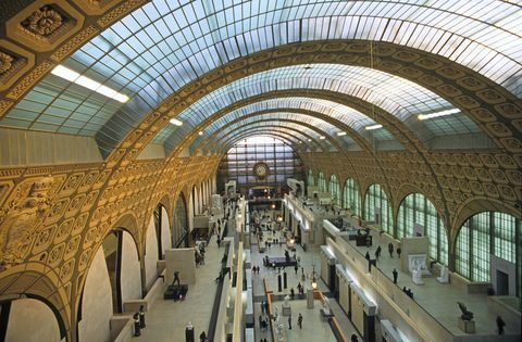 <p>Además de las obras maestras de la pintura que alberga el Museo de Orsay, su propio tejado es en sí otra gran creación: esto se debe a que es una antigua estación ferroviaria y su techo acristalado permitía que la luz natural entrara en ella.</p>