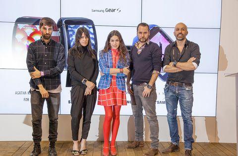 <p>Durante la mañana tuvo lugar la presentación de las nuevas esferas para Samsung Gear S diseñadas por Ágatha Ruiz de la Prada, ALVARNO, Juan Vidal y Amaya Arzuaga. Estos cuatro grandes nombres de la moda española han diseñado una esfera para el <i>smartwatch </i>de Samsung inspirados en sus colecciones de Otoño-Invierno 2015.</p><p>&nbsp;</p><p>La fuerte unión entre moda y tecnología por la que apuesta Samsung es llevada así a un nuevo territorio, incorporando el diseño de estas firmas a uno de los dispositivos estrella de Samsung que los usuarios podrán descargarse gratuitamente a través de una aplicación.</p>