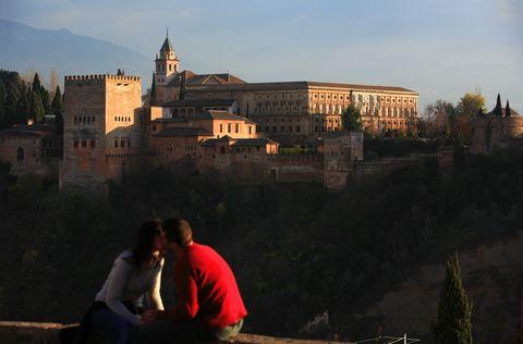 <p>Se nos ocurren pocas vistas mejores que la de la Alhambra con Sierra Nevada al fondo, y esto es exactamente lo que verás desde el Mirador de San Nicolás, en el barrio del Albaicín. Tendrás que subir unas cuantas cuestas, pero la caminata habrá merecido la pena. Imprescindible al atardecer y, si quieres prolongar la vista, siempre podrás tomar algo en los bares y restaurantes próximos.</p>