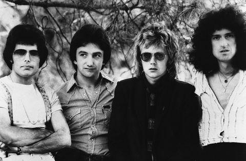 <p>¿Cómo popularizar una canción que, por su duración (más de seis minutos), no resulta atractiva a las radiofórmulas? Los miembros de Queen ya habían apostado por unir lanzamiento de 'singles' a videoclips, pero esta fue la primera ocasión que el tema alcanzó un éxito abrumador gracias a la difusión que tuvo en el programa musical británico 'Top of the Pops'. Fue además el primero que no se rodó en celuloide, sino en vídeo.</p>