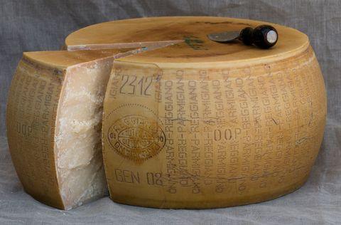 """<p>A priori, el de la coliflor no es un sabor que convenza a todo el mundo, pero el toque del parmesano la hará irresistible.&nbsp; El parmesano es un queso tanto de mesa como para rallar y es ya un ingrediente fundamental en cientos de recetas. Para consumirlo directamente, elige el queso curado durante un mínimo de doce meses; para rallar es mejor elegir uno con una curación de 24 meses o más (el llamado """"stravecchio""""). </p>"""