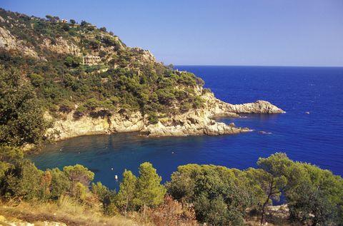 <p>Para los fanáticos de las acampadas, Cala Pola, en Tossa de Mar, es el lugar ideal: a ella se accede a través de un camping de playa que dispone de todos los recursos necesarios. Perfecta para realizar una pequeña excursión en barco o hacer esnórquel en sus proximidades.</p>