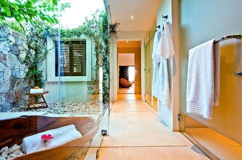 <p>La luz natural que entra por el patio inunda este otro baño, que derrocha serenidad. Se encuentra también en la villa mexicana Casa Kalika.</p>