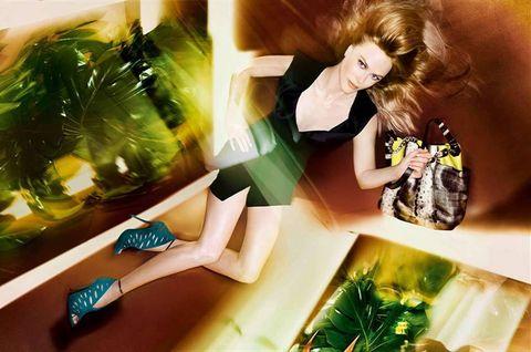 <p>Con el zapato <strong>Tamber</strong> y el bolso <strong>Anna</strong> de piel de pitón y tono neón, aparece <strong>Nicole Kidman</strong> luciendo un mini vestido negro con escote pronunciado y pequeña ranura lateral. &quot;He disfrutado mucho trabajando con Sølve; es muy creativo, pero decidido y metódico a la hora de dirigir. Fue divertido realizar tomas desde perspectivas nuevas y sorprendentes; incluso resultó un poco peligroso e intrépido. Me encantó el estilismo reducido a la mínima expresión y el modo en que los zapatos y los bolsos se aferraron a mí como una segunda piel», declaró la actriz tras la experiencia.</p>