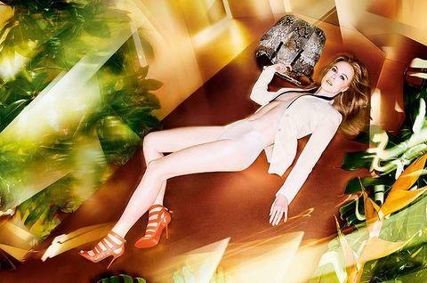 <p>Así es como aparece la actriz en las instantánteas, con poses seductoras con las que parece casi flotar sobre el suelo. Las sandalias <strong>Damsen</strong> en tono salmón flúor y un bolso XL de la firma acompañan a la actriz, cubierta vagamente por una americana y 'culotte' en tono blanco.</p>