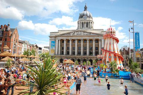 <p>Más de 250 toneladas de arena son necesarias para transformar una plaza del centro de Nottingham (Reino Unido) en una auténtica playa urbana. Allí lo mejor es hacerse con una tumbona para descansar, montar en las atracciones de la feria o tomar algo en el 'beach bar'. También hay conciertos, espectáculos de magia y hasta clases de baile.</p>